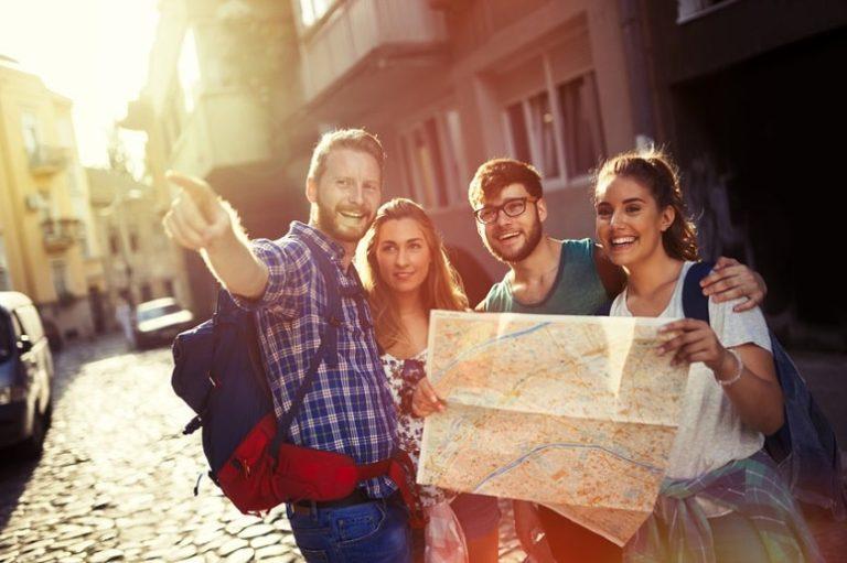 Junge Leute unternehmen eine Stadtführung in Santa Cruz de la Palma